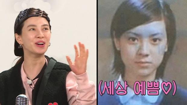 Ngó ảnh thời đi học của Song Ji Hyo mà giật mình: Lông mày xếch, tóc tỉa đúng style chị đại đầu gấu, khác hẳn hình tượng hiền thục bây giờ - Ảnh 2.