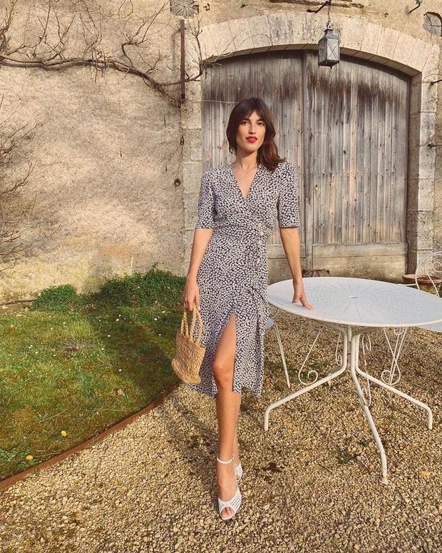 Thần chú sang chảnh hóa phong cách của phụ nữ Pháp chính là váy áo cổ V: Bạn diện theo là lên đời style tức thì - Ảnh 11.