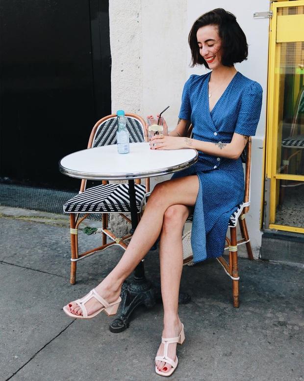 Thần chú sang chảnh hóa phong cách của phụ nữ Pháp chính là váy áo cổ V: Bạn diện theo là lên đời style tức thì - Ảnh 4.
