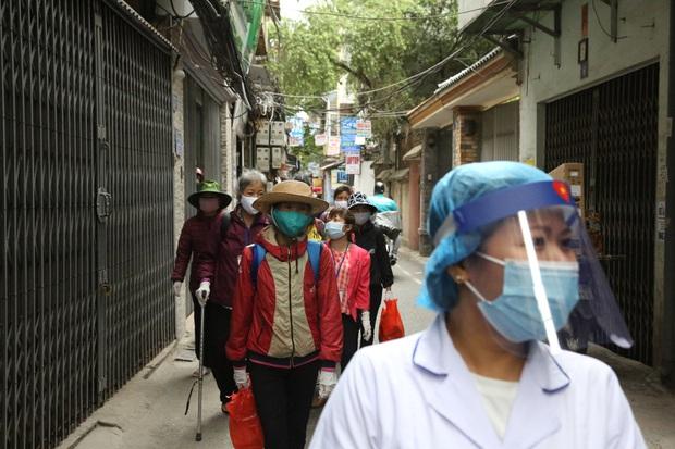 Chùm ảnh: Bệnh nhân xếp hàng dài làm thủ tục để vào viện Bạch Mai chạy thận - Ảnh 4.