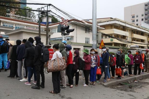 Chùm ảnh: Bệnh nhân xếp hàng dài làm thủ tục để vào viện Bạch Mai chạy thận - Ảnh 5.