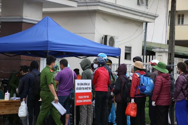 Chùm ảnh: Bệnh nhân xếp hàng dài làm thủ tục để vào viện Bạch Mai chạy thận - Ảnh 12.