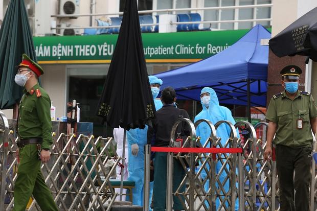 Chùm ảnh: Bệnh nhân xếp hàng dài làm thủ tục để vào viện Bạch Mai chạy thận - Ảnh 2.