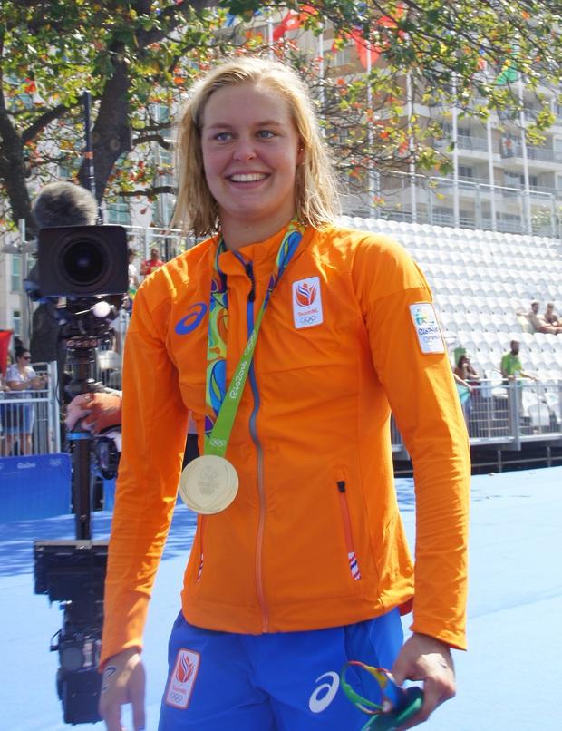 Nhà vô địch Olympic bì bõm tập luyện trong bể bơi dành cho trẻ em - Ảnh 2.
