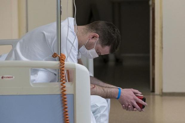 Thảm cảnh của các y bác sĩ tuyến đầu chống dịch Covid-19 ở Pháp: Mỗi buổi sáng thức dậy, tôi đều bật khóc nức nở, kể cả trong lúc ăn - Ảnh 1.