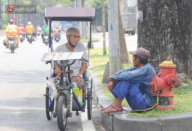 Chuyện từ những tấm vé số cuối cùng trước giờ cách ly toàn xã hội ở Sài Gòn: Mai dừng rồi, ngoại ở nhà không đi bán nữa mà gạo cũng hết rồi - Ảnh 5.