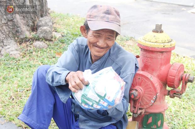 Chuyện từ những tấm vé số cuối cùng trước giờ cách ly toàn xã hội ở Sài Gòn: Mai dừng rồi, ngoại ở nhà không đi bán nữa mà gạo cũng hết rồi - Ảnh 12.