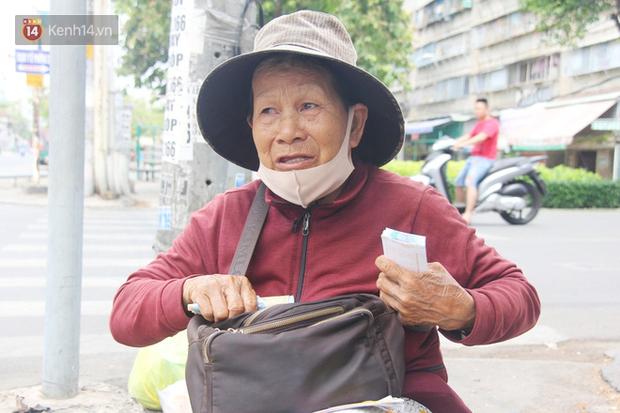 Chuyện từ những tấm vé số cuối cùng trước giờ cách ly toàn xã hội ở Sài Gòn: Mai dừng rồi, ngoại ở nhà không đi bán nữa mà gạo cũng hết rồi - Ảnh 3.