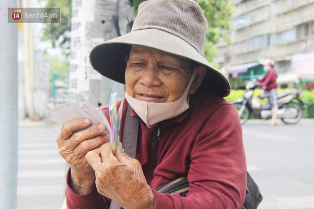 Chuyện từ những tấm vé số cuối cùng trước giờ cách ly toàn xã hội ở Sài Gòn: Mai dừng rồi, ngoại ở nhà không đi bán nữa mà gạo cũng hết rồi - Ảnh 1.