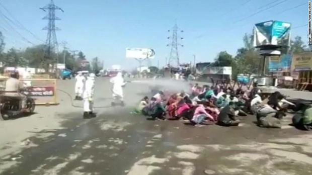 Chuyện phong tỏa ở đất nước 1,3 tỉ dân: Hàng nghìn người Ấn Độ về quê bị tắm trong thuốc khử trùng ngay giữa đường - Ảnh 2.