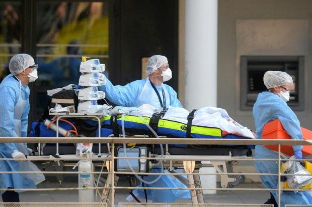 Thảm cảnh của các y bác sĩ tuyến đầu chống dịch Covid-19 ở Pháp: Mỗi buổi sáng thức dậy, tôi đều bật khóc nức nở, kể cả trong lúc ăn - Ảnh 3.