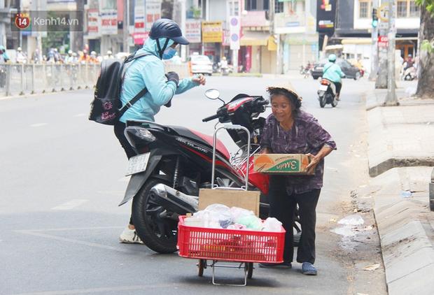 Chuyện từ những tấm vé số cuối cùng trước giờ cách ly toàn xã hội ở Sài Gòn: Mai dừng rồi, ngoại ở nhà không đi bán nữa mà gạo cũng hết rồi - Ảnh 10.