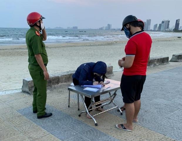 Thêm 12 người bị xử phạt vì không đeo khẩu trang nơi công cộng ở Đà Nẵng - Ảnh 1.