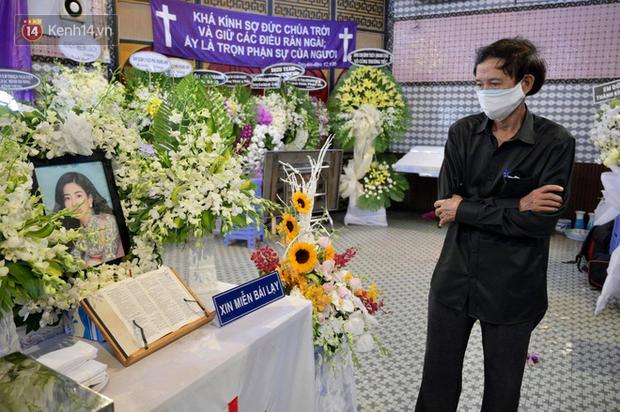 Trịnh Kim Chi, Ốc Thanh Vân nghẹn ngào bật khóc, gia đình thất thần đưa tiễn Mai Phương về nơi an nghỉ cuối cùng - Ảnh 6.
