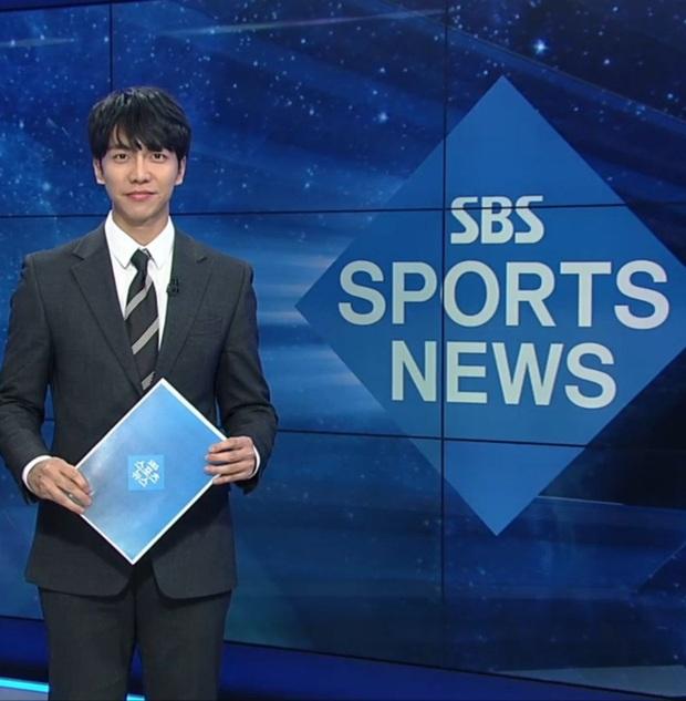 Cả MXH đang ngỡ ngàng trước hình ảnh tài tử Lee Seung Gi dẫn chương trình thời sự trên sóng truyền hình SBS - Ảnh 2.