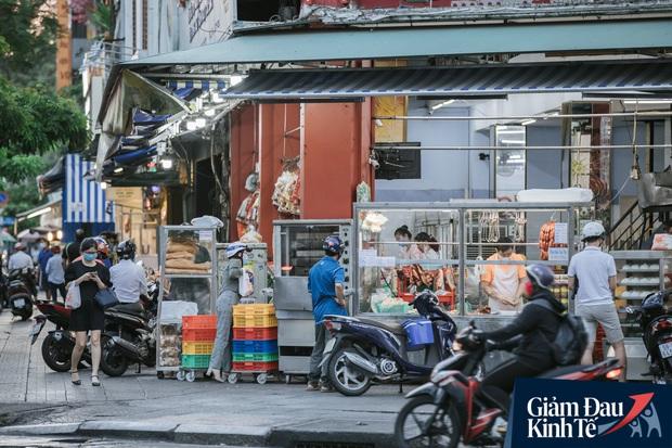 Hàng quán Sài Gòn thời hạn chế tiếp xúc xã hội: Người dân chuyển mạnh sang order đồ ăn online, shipper hối hả đi nhận và giao hàng - Ảnh 2.