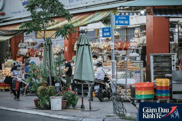 Hàng quán Sài Gòn thời hạn chế tiếp xúc xã hội: Người dân chuyển mạnh sang order đồ ăn online, shipper hối hả đi nhận và giao hàng - Ảnh 1.