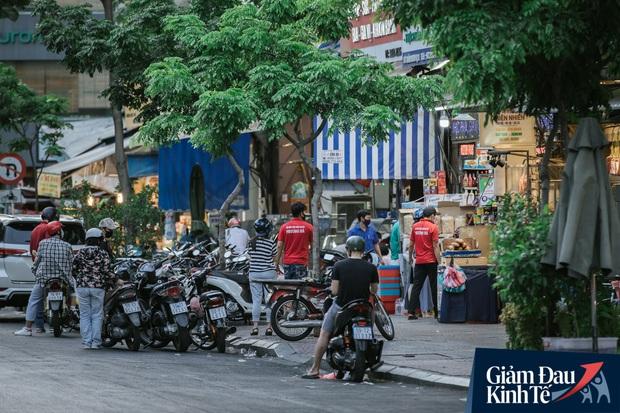 Hàng quán Sài Gòn thời hạn chế tiếp xúc xã hội: Người dân chuyển mạnh sang order đồ ăn online, shipper hối hả đi nhận và giao hàng - Ảnh 3.