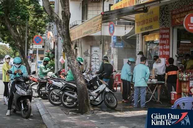 Hàng quán Sài Gòn thời hạn chế tiếp xúc xã hội: Người dân chuyển mạnh sang order đồ ăn online, shipper hối hả đi nhận và giao hàng - Ảnh 5.