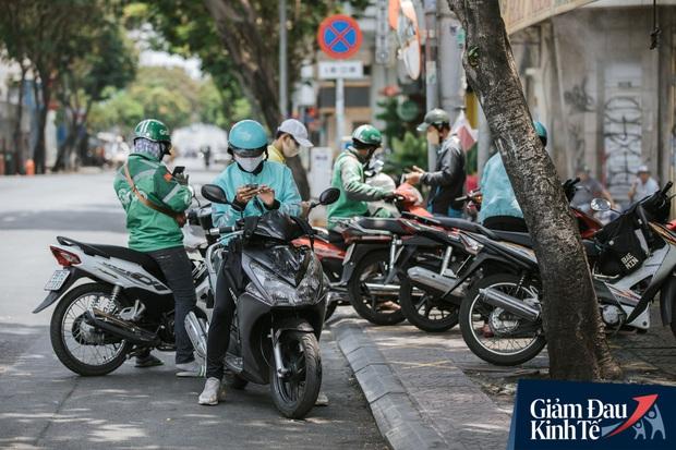 Hàng quán Sài Gòn thời hạn chế tiếp xúc xã hội: Người dân chuyển mạnh sang order đồ ăn online, shipper hối hả đi nhận và giao hàng - Ảnh 6.