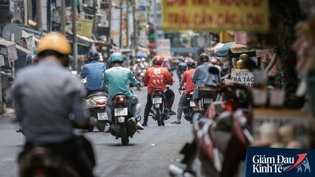 Hàng quán Sài Gòn thời hạn chế tiếp xúc xã hội: Người dân chuyển mạnh sang order đồ ăn online, shipper hối hả đi nhận và giao hàng - Ảnh 8.
