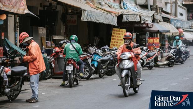 Hàng quán Sài Gòn thời hạn chế tiếp xúc xã hội: Người dân chuyển mạnh sang order đồ ăn online, shipper hối hả đi nhận và giao hàng - Ảnh 10.