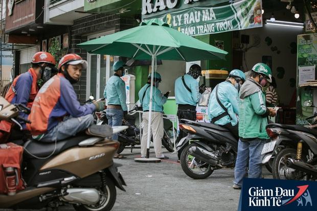 Hàng quán Sài Gòn thời hạn chế tiếp xúc xã hội: Người dân chuyển mạnh sang order đồ ăn online, shipper hối hả đi nhận và giao hàng - Ảnh 12.