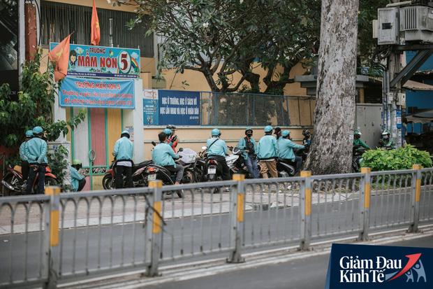 Hàng quán Sài Gòn thời hạn chế tiếp xúc xã hội: Người dân chuyển mạnh sang order đồ ăn online, shipper hối hả đi nhận và giao hàng - Ảnh 14.