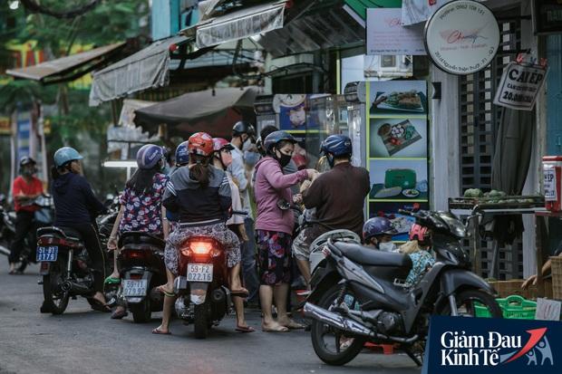 Hàng quán Sài Gòn thời hạn chế tiếp xúc xã hội: Người dân chuyển mạnh sang order đồ ăn online, shipper hối hả đi nhận và giao hàng - Ảnh 17.