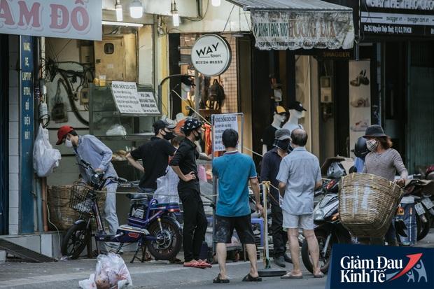 Hàng quán Sài Gòn thời hạn chế tiếp xúc xã hội: Người dân chuyển mạnh sang order đồ ăn online, shipper hối hả đi nhận và giao hàng - Ảnh 19.
