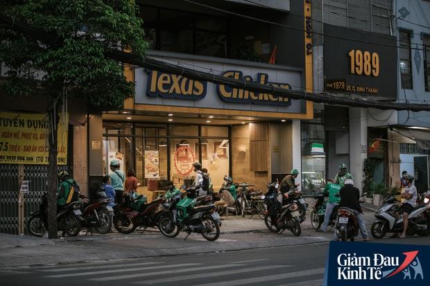 Hàng quán Sài Gòn thời hạn chế tiếp xúc xã hội: Người dân chuyển mạnh sang order đồ ăn online, shipper hối hả đi nhận và giao hàng - Ảnh 21.