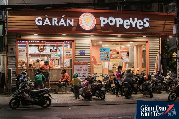 Hàng quán Sài Gòn thời hạn chế tiếp xúc xã hội: Người dân chuyển mạnh sang order đồ ăn online, shipper hối hả đi nhận và giao hàng - Ảnh 22.