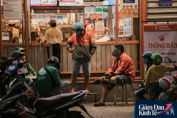 Hàng quán Sài Gòn thời hạn chế tiếp xúc xã hội: Người dân chuyển mạnh sang order đồ ăn online, shipper hối hả đi nhận và giao hàng - Ảnh 23.