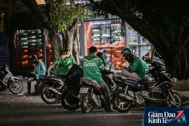 Hàng quán Sài Gòn thời hạn chế tiếp xúc xã hội: Người dân chuyển mạnh sang order đồ ăn online, shipper hối hả đi nhận và giao hàng - Ảnh 25.