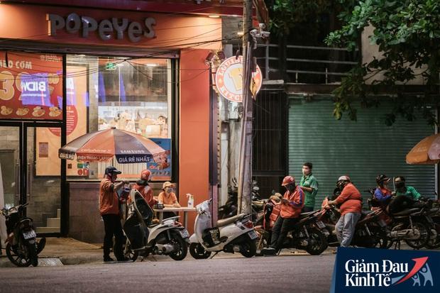 Hàng quán Sài Gòn thời hạn chế tiếp xúc xã hội: Người dân chuyển mạnh sang order đồ ăn online, shipper hối hả đi nhận và giao hàng - Ảnh 27.
