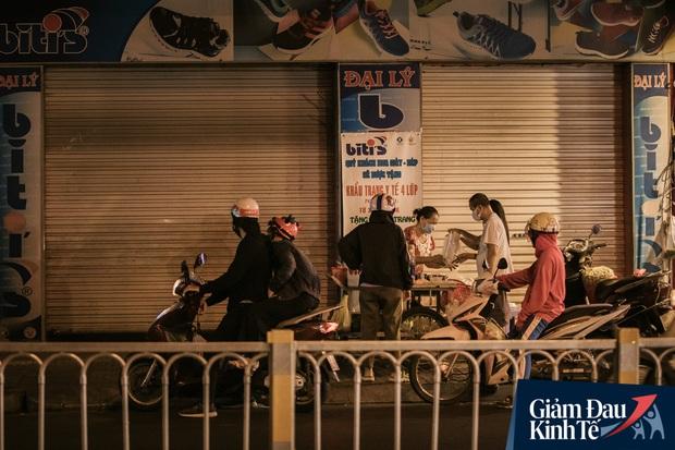Hàng quán Sài Gòn thời hạn chế tiếp xúc xã hội: Người dân chuyển mạnh sang order đồ ăn online, shipper hối hả đi nhận và giao hàng - Ảnh 29.