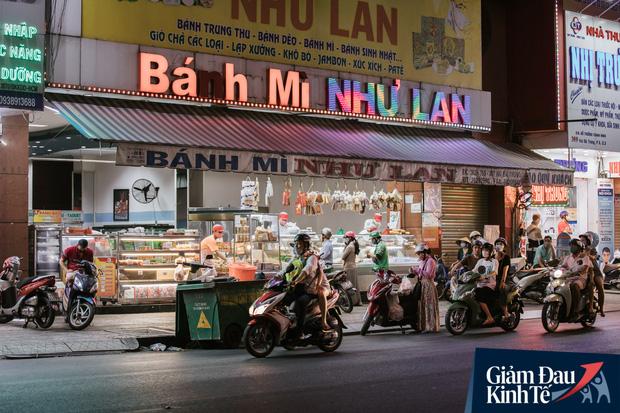 Hàng quán Sài Gòn thời hạn chế tiếp xúc xã hội: Người dân chuyển mạnh sang order đồ ăn online, shipper hối hả đi nhận và giao hàng - Ảnh 31.