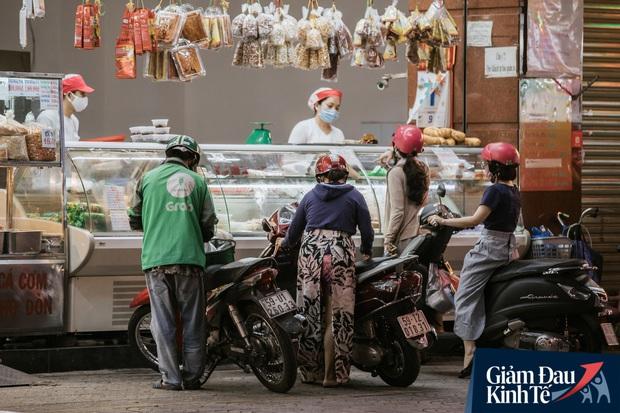 Hàng quán Sài Gòn thời hạn chế tiếp xúc xã hội: Người dân chuyển mạnh sang order đồ ăn online, shipper hối hả đi nhận và giao hàng - Ảnh 32.