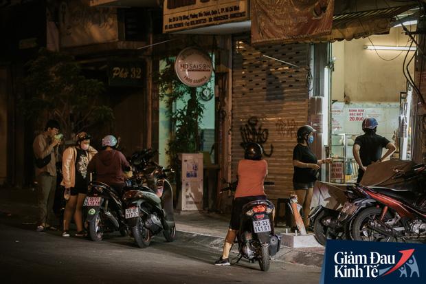 Hàng quán Sài Gòn thời hạn chế tiếp xúc xã hội: Người dân chuyển mạnh sang order đồ ăn online, shipper hối hả đi nhận và giao hàng - Ảnh 34.