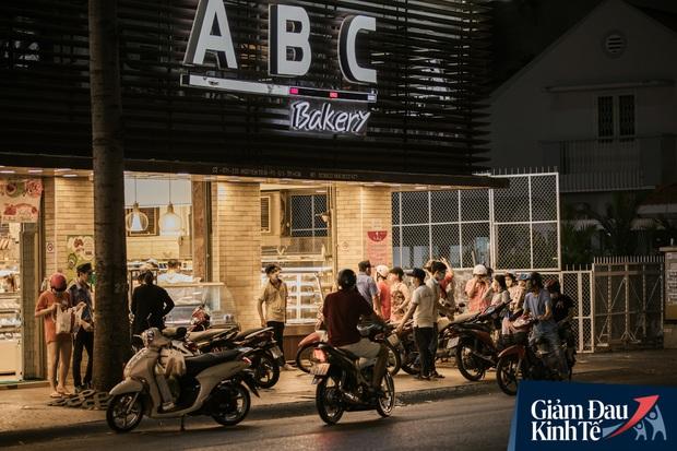 Hàng quán Sài Gòn thời hạn chế tiếp xúc xã hội: Người dân chuyển mạnh sang order đồ ăn online, shipper hối hả đi nhận và giao hàng - Ảnh 36.