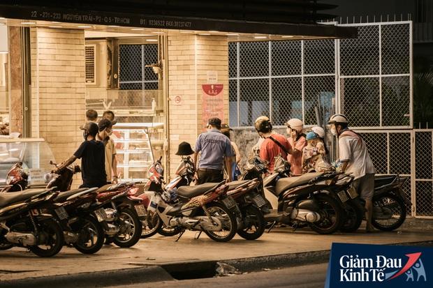 Hàng quán Sài Gòn thời hạn chế tiếp xúc xã hội: Người dân chuyển mạnh sang order đồ ăn online, shipper hối hả đi nhận và giao hàng - Ảnh 37.