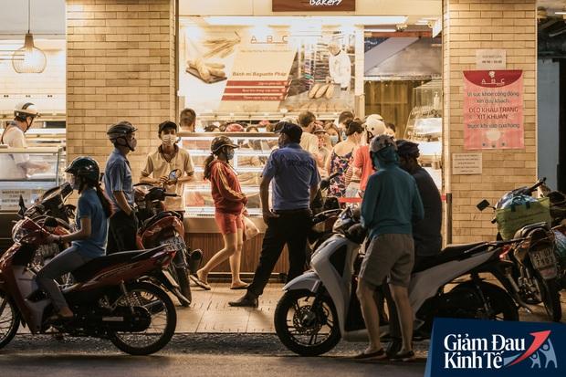 Hàng quán Sài Gòn thời hạn chế tiếp xúc xã hội: Người dân chuyển mạnh sang order đồ ăn online, shipper hối hả đi nhận và giao hàng - Ảnh 39.