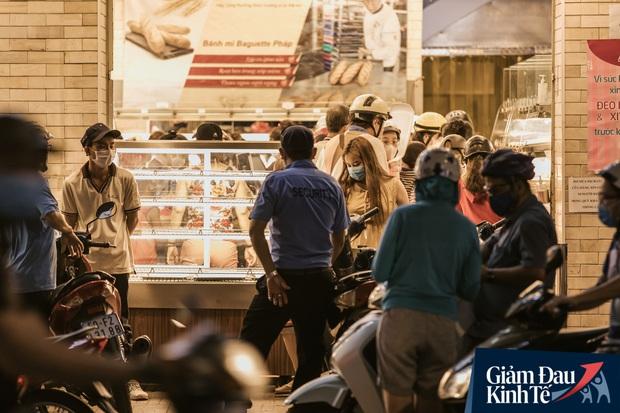 Hàng quán Sài Gòn thời hạn chế tiếp xúc xã hội: Người dân chuyển mạnh sang order đồ ăn online, shipper hối hả đi nhận và giao hàng - Ảnh 40.