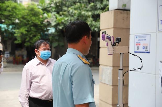 Thêm 12 người bị xử phạt vì không đeo khẩu trang nơi công cộng ở Đà Nẵng - Ảnh 2.