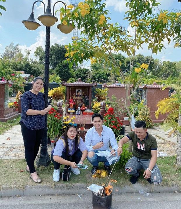 1 năm ngày mất, NSND Hồng Vân một mình đến viếng mộ cố nghệ sĩ Anh Vũ: Người đã ra đi nhưng cái tình còn mãi! - Ảnh 4.