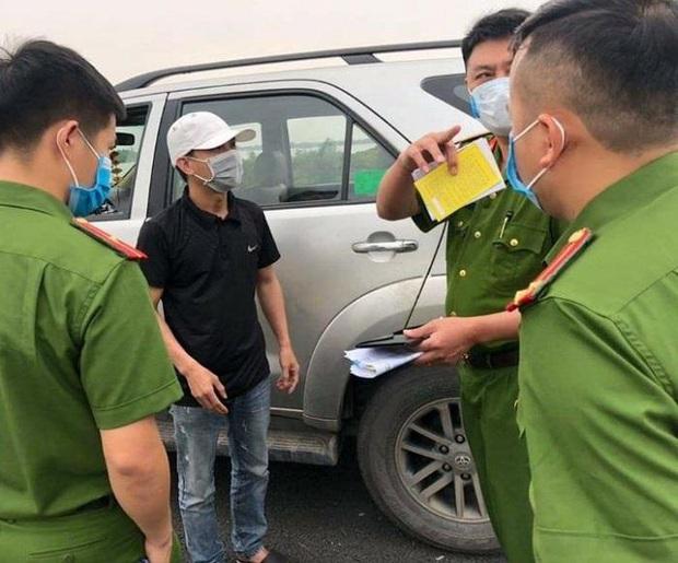 Tài xế ngụy trang xe chở người thân để chở khách từ Hà Nội về Quảng Ninh - Ảnh 1.