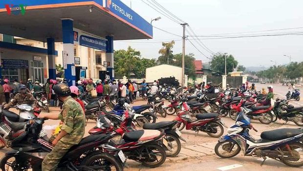 Lại thêm cảnh người dân ùn ùn đi mua xăng tích trữ bất chấp dịch Covid-19 - Ảnh 2.