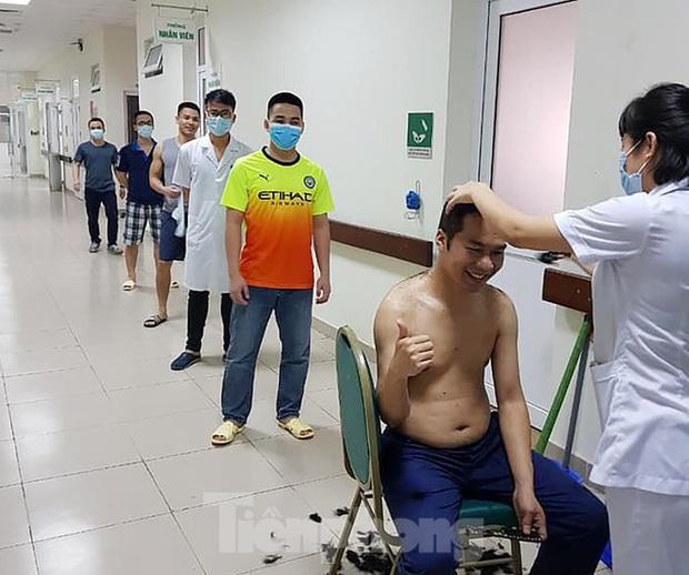 Phút thư giãn hiếm hoi của y, bác sĩ nơi tuyến đầu chống dịch COVID-19 - Ảnh 3.