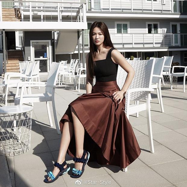 Quý cô độc thân hot nhất Kbiz gọi tên Song Hye Kyo: Diện váy ngắn khoe body nuột nà đến gái đôi mươi cũng phải ghen tị - Ảnh 9.