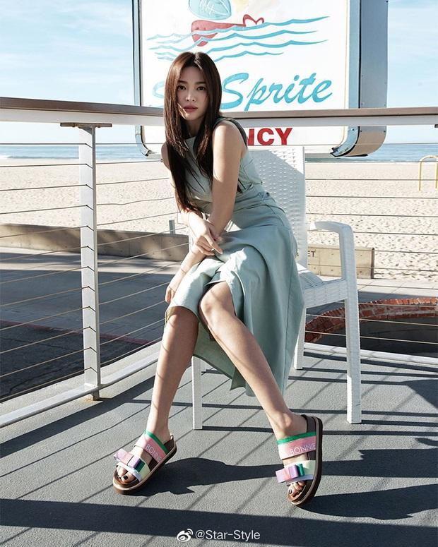 Quý cô độc thân hot nhất Kbiz gọi tên Song Hye Kyo: Diện váy ngắn khoe body nuột nà đến gái đôi mươi cũng phải ghen tị - Ảnh 10.